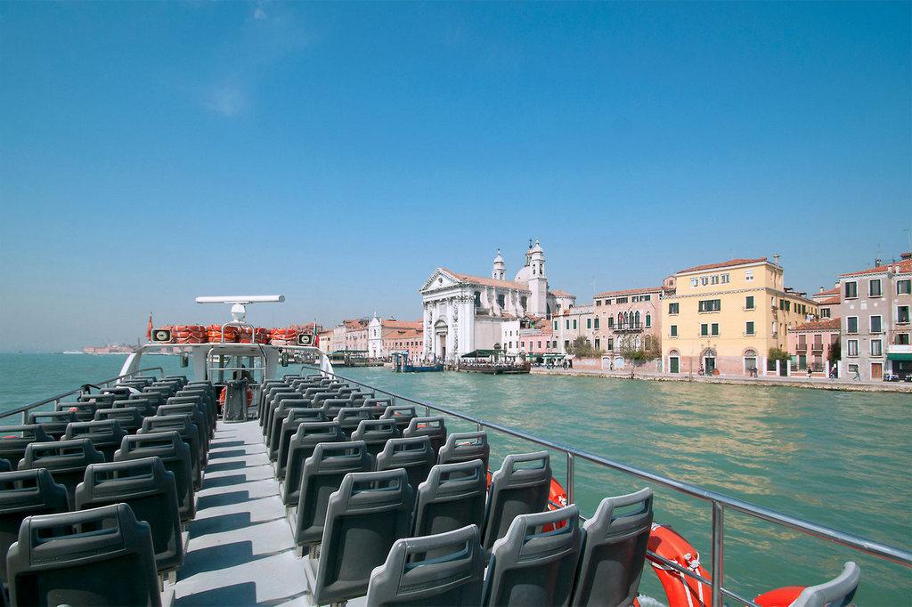 Bateau de conneion pour Venise et pour la plage du Lido Alberoni